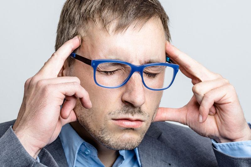 Akustik Gerspach - Mann mit blauer Brille