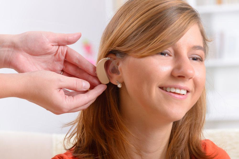 Hörsysteme - Frau mit Hörgerät