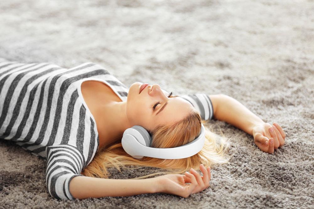 Hörsysteme- Frau mit Kopfhörer